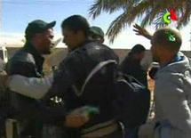 Unos 60 extranjeros permanecían secuestrados o desaparecidos el viernes en el interior de una planta de gas en el desierto de Argelia, después de que el Ejército argelino irrumpiera en el complejo para liberar a cientos de rehenes capturados por milicianos islamistas. En esta imagen extraída de un vídeo, rehenes tras ser liberados de una nstalación de gas en Argelia tomada por milicianos islamistas, el viernes, tras el asalto del Ejército argelino al lugar para liberar a cientos de rehenes. REUTERS/Algerian TV via Reuters TV SÓLO PARA USO EDITORIAL, NI VENTAS NI ARCHIVOS NI PARA SU VENTA PARA CAMPAÑAS DE MARKETING O PUBLICIDAD. ESTA IMAGEN HA SIDO PROPORCIONADA POR UN TERCERO. REUTERS LA DISTRIBUYE, EXACTAMENTE COMO LA RECIBIÓ, COMO UN SERVICIO A SUS CLIENTES.