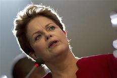 """Foto de archivo de la presidenta de Brasil, Dilma Rousseff, durante un desayuno con medios de prensa en el palacio Planalto en Brasilia, dic 27 2012. La presidenta de Brasil, Dilma Rousseff, dijo el viernes que el país tendrá este año un crecimiento económico """"serio, sostenible y sistemático"""". REUTERS/Ueslei Marcelino"""