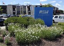Foto de archivo de los edificios de Research In Motion en Waterloo, Canadá, jul 10 2012. Las acciones de Research In Motion Ltd subieron un 4,6 por ciento el viernes luego de que un influyente analista mejoró su calificación de los títulos, diciendo que los nuevos aparatos BlackBerry 10 de la compañía tuvieron desempeños similares o mejores que los de sus rivales en recientes pruebas. REUTERS/ Mike Cassese