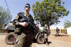 Soldats français sur la base aérienne de l'armée malienne, près de Bamako. Une semaine après le début de l'intervention militaire de la France, les forces françaises et maliennes ont repris le contrôle de la ville de Konna, verrou stratégique dans le centre du pays. /Photo prise le 18 janvier 2013/REUTERS/Eric Gaillard