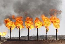 Les futures sur le pétrole brut américain ont clôturé en légère hausse vendredi, soutenus en fin de journée par l'annonce que la Chambre des représentants envisageait de faire passer un texte permettant de relever le plafond de la dette américaine pour une durée de trois mois. /Photo d'archives/REUTERS/Mohammed Ameen