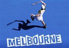 Le Britannique Andy Murray, tête de série n°3, a décroché son ticket pour les huitièmes de finale de l'Open d'Australie samedi en sortant le Lituanien Ricardas Berankis, issu des qualifications, sur le score de 6-3 6-4 7-5. /Photo prise le 19 janvier 2013/REUTERS/David Gray