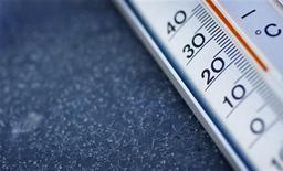 Más de 140 países han alcanzado un acuerdo para reducir las emisiones de mercurio después de conversar durante toda la noche en Ginebra, según dijo el sábado el Programa de Naciones Unidas para el Medio Ambiente (UNEP). En la imagen, de archivo, un termómetro muestra los menos 13 grados Celsius que hace en Frankfurt a primera hora de la mañana de un 3 de febrero de 2012. REUTERS/Kai Pfaffenbach