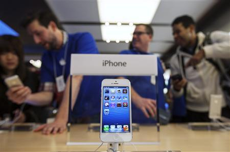 An Apple iPhone 5 phone is displayed in the Apple Store on 5th Avenue in New York, September 21, 2012. REUTERS/Lucas Jackson