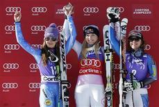 L'Américaine Lindsey Vonn (au centre) a remporté samedi la descente de Cortina d'Ampezzo comptant pour la Coupe du monde de ski, devant la Slovène Tina Maze (à gauche) et une autre Américaine, Leanne Smith. La Française Marion Rolland a terminé au pied du podium. /Photo prise le 19 janvier 2013/REUTERS/Max Rossi