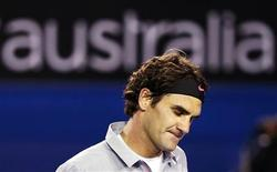 El tenista Roger Federer dijo que estaba apenado por la admisión del ciclista estadounidense Lance Armstrong de haber hecho trampas en su camino hacia las siete victorias del Tour de Francia que logró y considera que podría tener un impacto negativo en todos los deportes. En la imagen, de 19 de enero, el suizo Roger Federer en un partido del Abierto de Australia. REUTERS/Daniel Munoz