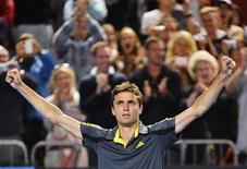Gilles Simon, tête de série n° 14, a arraché samedi sa qualification pour les huitièmes de finale de l'Open d'Australie en dominant son compatriote Gaël Monfils à l'issue d'un combat épique en cinq sets 6-4 6-4 4-6 1-6 8-6 et quatre heures 43 minutes. /Photo prise le 19 janvier 2013/REUTERS/Toby Melville