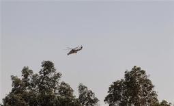 """Hélicoptère de l'armée algérienne survolant In Amenas, dans le sud-est de l'Algérie. Les forces spéciales de l'armée algérienne ont lancé samedi """"l'assaut final"""" contre les djihadistes retranchés sur le site gazier voisin de Tiguentourine, tuant onze militants islamistes, rapporte l'agence de presse algérienne APS. /Photo prise le 19 janvier 2013/REUTERS/Louafi Larbi"""