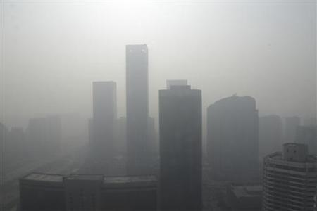 Buildings are seen in heavy haze in Beijing's central business district, January 14, 2013. REUTERS/Jason Lee