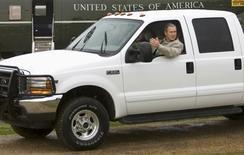 Una camioneta que usó el ex presidente George W. Bush en su rancho de Texas se vendió por 300.000 dólares (225.000 euros) en una subasta el sábado después de que el ex político la donara para una organización que ayuda a las familias de los militares de Estados Unidos. En la imagen, de archivo, el ex presidente de Estados Unidos George W. Bush con la camioneta en su rancho de Crawford, Texas. REUTERS/Win McNamee/Files
