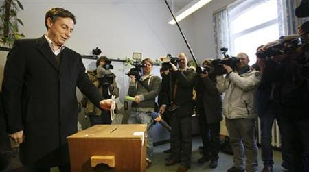 Lower Saxony federal state premier David McAllister of the Christian Democratic Union party CDU casts his vote in the Lower Saxony state election at a polling station in the northern German town of Bad Bederkesa January 20, 2013. REUTERS/Wolfgang Rattay