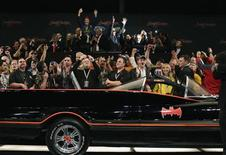Un hombre de Arizona con especial debilidad por Batman y su secuaz Robin compró el sábado en una subasta por 4,2 millones de dólares (unos 3,15 millones de euros) el Batmobile original conducido en la famosa serie de televisión. En la imagen, el coche vendido el 19 de enero de 2013 en Scottsdale, Arizona. REUTERS/Joshua Lott