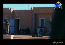 El veterano yihadista Mojtar Belmojtar se ha atribuido la responsabilidad, en nombre de Al Qaeda, del secuestro masivo en Argelia y pidió que Francia detenga los ataques aéreos en Mali, informó el domingo la web de noticias Sahara Media citando un vídeo. En la imagen, varios rehenes sentados en la planta de gas de Amenas en imágenes de vídeo recibidas el 19 de enero de 2013 y tomadas el 16 y el 17 de enero. REUTERS/Ennahar TV via Reuters TV