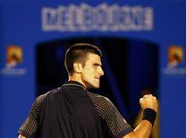 Novak Djokovic, double tenant du titre à Melbourne, est difficilement venu à bout dimanche du Suisse Stanislas Wawrinka lors des huitièmes de finale de l'Open d'Australie. Le Serbe s'est imposé en cinq sets (1-6 7-5 6-4 6-7 12-10) en cinq heures et deux minutes. /Photo prise le 20 janvier 2013/REUTERS/Daniel Munoz