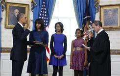 Presidente dos Estados Unidos, Barack Obama, tomou posse para o segundo mandato em cerimônia na Casa Branca onde prestou o juramento. Na segunda-feira, ele vai repetir o procedimento em frente ao Congresso norte-americano. 20/01/2013 REUTERS/Larry Downing
