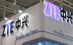 Le fabricant chinois de téléphones mobiles et d'équipements réseaux ZTE a averti qu'il accuserait une perte pouvant aller jusqu'à 2,9 milliards de yuans (350 millions d'euros) au titre de 2012, en raison du non renouvellement de contrats et de retards dans plusieurs projets. /Photo d'archives/REUTERS/China Daily
