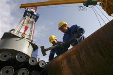 """Рабочие подготавливают буровую установку на скважине """"Шахринав-1П"""" на газовом месторождении Сарыкамыш 7 декабря 2010 года. Небольшая по масштабам деятельности Tethys Petroleum хочет привести в Таджикистан крупные международные корпорации, чтобы сделать центральноазиатскую республику поставщиком углеводородов на огромный рынок соседнего Китая, сказал исполнительный директор канадо-британской компании. REUTERS/Nozim Kalandarov"""