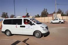 Dos extremistas islámicos que murieron en el lugar de una toma de rehenes en el desierto argelino eran canadienses, dijo a Reuters el lunes una fuente de seguridad de Argelia. En la imagen, una ambulancia que supuestamente traslada a un rehén herido en el asalto, traladado a un hospital en In Amenas, el 18 de enero de 2013. REUTERS/Ramzi Boudina
