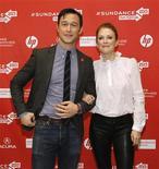 """Tras una destacada racha con papeles protagonistas en películas como """"El caballero oscuro, la leyenda renace"""" y """"Origen"""", el actor Joseph Gordon-Levitt se ha puesto detrás de la cámara para dirigir """"Don Jon's Addiction"""", una comedia obscena que se estrenó en el Festival de Cine de Sundance. En la imagen, Joseph Gordon-Levitt (I) y Julianne Moore posan en el estreno de """"Don Jon's Addiction"""" durnte el Festival de Cine de Sundance, en Park City, Utah, el 18 de enero de 2013. REUTERS/Mario Anzuoni"""