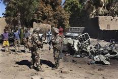 Soldati francesi vicino ai resti di un pickup usato dai ribelli islamici a Diabaly, Mali. REUTERS/Joe Penney