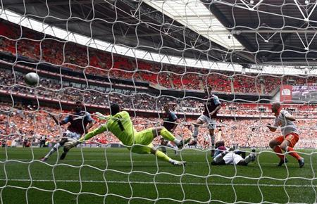 West Ham United's Ricardo Vaz Te (L) shoots to score during their English Championship play-off final soccer match against Blackpool at Wembley Stadium in London May 19, 2012. REUTERS/Eddie Keogh
