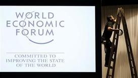 """Un trabajador prepara el escenario principal para el Foro Económico Mundial en Davos, Suiza, ene 21 2013. El primer ministro italiano, Mario Monti, fijará el tono para los líderes políticos y empresariales que se reunirán en Davos esta semana en el Foro Económico Mundial, con un discurso titulado """"liderando en contra de las probabilidades"""". REUTERS/Pascal Lauener"""