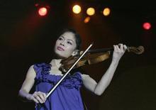 Violinista Vanessa-Mae apresenta-se em concerto em Praga, em setembro de 2008. Vanessa-Mae deu uma pausa na música por um ano e está ensaiando para um novo papel --esquiar pela Tailândia nos Jogos Olímpicos de Inverno em Sochi, na Rússia, em fevereiro de 2014. 25/09/2008 REUTERS / David W Cerny