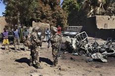 Militaires français près d'un pick-up détruit, à Diabali. Les forces françaises et maliennes ont repris lundi matin le contrôle des villes de Diabali et de Douentza, dans le centre du Mali, d'où les combattants islamistes ont disparu. /Photo prise le 21 janvier 2013/REUTERS/Joe Penney