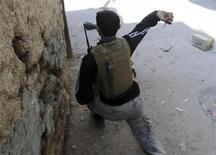 Un soldado del Ejército de Siria Libre arroja una granada de mano contra integrantes del Ejército en el barrio de Mleha, Damasco, ene 21 2013. Los líderes de la oposición siria dijeron el lunes que no habían logrado formar un Gobierno de transición para que administre las áreas en manos de los rebeldes, un nuevo revés para sus esfuerzos de presentar una alternativa creíble al mandato del presidente Bashar al-Assad. REUTERS/Goran Tomasevic
