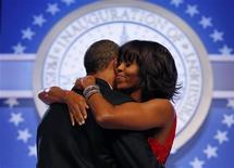 El presidente de Estados Unidos, Barack Obama, inició su segundo mandato el lunes con un llamamiento apasionado a favor de un país más integrador que rechace el rencor partidista y abrace la reforma migratoria, los derechos de los homosexuales y la lucha contra el cambio climático. En la imagen, Obama y su esposa Michelle durante uno de los bailes de inauguración celebrados en Washington, el 21 de enero de 2013. REUTERS/Kevin Lamarque