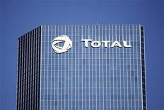 Total fait partie des valeurs à suivre mardi à la Bourse de Paris. Le consortium emmené par le distributeur espagnol de gaz Enagas ne soumettra pas d'offre de reprise de TIGF, filiale de transport et de stockage de gaz du groupe pétrolier français. /Photo d'archives/REUTERS/Charles Platiau