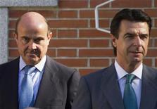 El ministro de Industria indicó el martes que el déficit público de España será inferior al 7 por ciento del Producto Interior Bruto (PIB) en 2012 tras haberse ajustado en más de dos puntos porcentuales respecto al año anterior. En la imagen, el ministro de Industria, Comercio y Turismo, José Manuel Soria (D) posa junto al ministro de Economía, Luis de Guindos, antes de su reunión de gabinete en el Palacio de la Zarzuela, Madrid, en una foto de archivo del 13 de julio 2012. REUTERS/Juan Medina