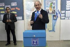 Premiê israelense, Benjamin Netanyahu, deposita seu voto em urna durante eleições parlamentares, em Jerusalém. 22/01/2013 REUTERS/Uriel Sinai/Pool