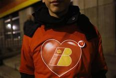 """La compañía aérea Iberia juega un papel estratégico para el tráfico aéreo de España y su reestructuración tiene que garantizar la viabilidad de la compañía y no puede basarse únicamente en un recorte de la plantilla, dijo el martes la ministra española de Fomento. En la imagen, un niño con un pin que dice """"Salvemos Iberia"""" durante una protesta junto a la sede de la emprea en Madrid, el 27 de diciembre de 2012. REUTERS/Susana Vera"""