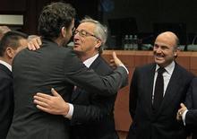 España considera que no está representada en las instituciones europeas como corresponde a su peso y su contribución al bloque, y por eso no votó a favor del ministro holandés de Finanzas, Jeroen Dijsselbloem, como nuevo presidente del Eurogrupo, dijo el martes el ministro de Economía español, Luis de Guindos. En la imagen, Guindos observa mientras el presidente del Eurogrupo, Jean-Claude Juncker, saluda a su sucesor, Dijsselbloem, en Bruselas, el 21 de enero de 2013. REUTERS/Yves Herman
