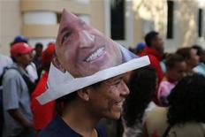 Aliado de Hugo Chávez disse que presidente venezuelano brinca e dá ordens mesmo internado em Cuba, onde está internado e não aparece em público há seis semanas. 15/01/2013 REUTERS/Jorge Silva