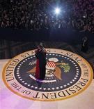 """Quien acuñara la frase """"el botín para el vencedor"""" no estaba pensando en la fiesta oficial de investidura del segundo mandato de Barack Obama. En la imagen, la primera dama de EEUU, Michelle Obama, con un vestido rojo de Jason Wu, baila con el presidente Barack Obama en el baile del Comandante en Jefe, en Washington, el 21 de enero de 2013. REUTERS/Pablo Martinez Monsivais/POOL"""