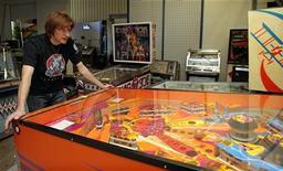 """Austríaco Guenter """"Pindigi"""" Freinberger brinca com pinball da Atari de 1979 em seu museu de pinball, na capital austríaca Viena, em outubro de 2012. A produtora de videogames Atari SA fez pedido de proteção judicial contra credores em Paris e Nova York após não encontrar sucessor para o BlueBay, o principal acionista e financiador da companhia, em meio a difíceis condições de mercados. 03/10/2012 REUTERS/Heinz-Peter"""