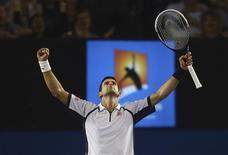 El número uno del tenis, Novak Djokovic, no mostró signos de fatiga el martes al superar al checo Tomas Berdych, cabeza de serie número cinco, por 6-1, 4-6, 6-1 y 6-4, y se enfrentará en semifinales del Abierto de Australia al español David Ferrer, quien se impuso a su compatriota Nicolás Almagro. En la imagne del 22 de enero, el serbio celebra su triunfo en el encuentro de cuartos disputado en Melbourn. REUTERS/Scott Barbour/Pool