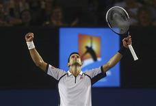 Le Serbe Novak Djokovic a dominé le Tchèque Tomas Berdych (n°5) en quatre sets (6-1 4-6 6-1 6-4) et deux heures et 31 minutes de jeu, en quarts de finale de l'Open d'Australie. Le numéro un mondial rencontrera l'Espagnol David Ferrer pour une place en finale. /Photo prise le 22 janvier 2013/REUTERS/Scott Barbour/Pool