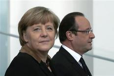 """La chancelière allemande Angela Merkel et François Hollande, à Berlin. La France et l'Allemagne se sont engagées mardi à prendre des """"initiatives ambitieuses"""" pour approfondir l'intégration de l'Union européenne et garantir la stabilité de la zone euro. /Photo prise le 22 janvier 2013/REUTERS/Thomas Peter"""