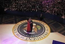 Presidente Barack Obama e primeira-dama Michelle dançaram durante o baile e se retiraram em seguida. Convidados reclamaram de falta de espaço e comida ruim. 21/01/2013. REUTERS/Pablo Martinez Monsivais/Pool