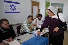 Israele, una donna vota nel villaggio druso di Maghar, oggi. REUTERS/Ammar Awad