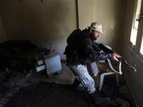 Imagen de archivo de un integrante del Ejército de Siria Libre en el barrio Mleha de Damasco, ene 21 2013. Al menos 56 personas murieron en una semana de enfrentamientos en el noreste de Siria entre insurgentes que se oponen al Gobierno y miembros de la largamente oprimida minoría kurda que ha ingresado en la guerra civil para intentar asegurarse autonomía, dijeron el martes activistas. REUTERS/Goran Tomasevic