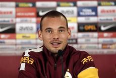 O jogador holandês Wesley Sneijder fala à imprensa após assinar um contrato com a equipe turca Galatasaray em Istambul, Turquia. 22/01/2013 REUTERS/Osman Orsal