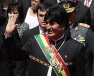 El presidente de Bolivia, Evo Morales, saluda durante las celebraciones del tercer aniversario del estado plurinacional en La Paz, ene 22 2013. El presidente de Venezuela, Hugo Chávez, está realizándose tratamiento de fisioterapia para poder volver a su país desde Cuba, donde permanece hace un mes y medio recuperándose de una compleja cirugía por cáncer, dijo el martes su par boliviano Evo Morales. REUTERS/David Mercado