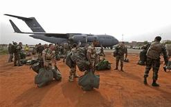 French soldiers carry their equipment after arriving on a US Air Force C-17 transport plane at the airport in Bamako January 22, 2013. REUTERS/Eric Gaillard