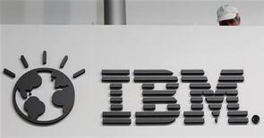 IBM, la empresa de servicios tecnológicos más grande del mundo, prometió un crecimiento mayor a lo esperado para todo el año después de que sus resultados del cuarto trimestre superaran las estimaciones, una señal de que los temores a que las empresas retrasaran sus gastos en tecnología podrían haber sido exagerados. En la imagen de archivo, un trabajador tras un logo de IBM en Hanover, el 26 de febrero de 2011. REUTERS/Tobias Schwarz