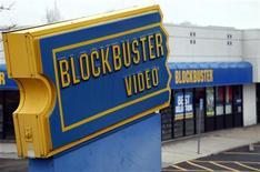 Trois cents Blockbuster, magasins spécialisés dans la location de DVD, vont fermer aux Etats-Unis dans les prochaines semaines, entraînant la perte de quelque 3.000 emplois. /Photo d'archives/ REUTERS/Rick Wilking