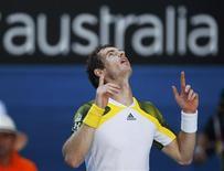 Andy Murray a éliminé mercredi à Melbourne Jérémy Chardy en quart de finale de l'Open d'Australie en trois manches expéditives 6-4 6-1 6-2 en 1h51. /Photo prise le 23 janvier 2013/REUTERS/Daniel Munoz